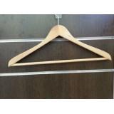 Percha de madera para ropa con barra.